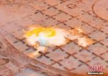 """郑州雨水管道窨井盖冒热气 5分钟""""煎""""熟鸡蛋"""