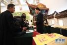 3月1日,在北京人民大会堂澳门厅,参加十二届全国人大五次会议采访报道的记者领取证件。 新华社记者金良快摄