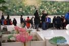 3月1日,在北京人民大会堂澳门厅,参加十二届全国人大五次会议采访报道的记者准备领取证件。 新华社记者金良快摄