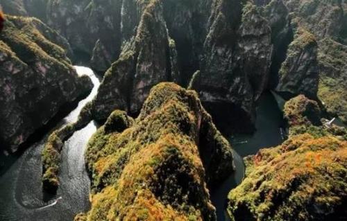 龙庆峡风景区位于北京市延庆县城东北10公里的古城村西北的古城河口