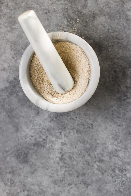 2、将炒好的大米用研磨器磨成细粉备用;