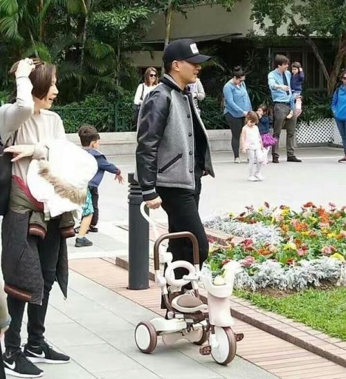 送别杨幂后刘恺威带小糯米逛公园