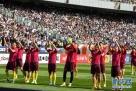 3月28日,中国队球员在赛前向球迷致意。