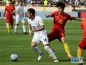 3月28日,中国队球员张稀哲(右)与伊朗队球员古钱内贾德在比赛中拼抢。