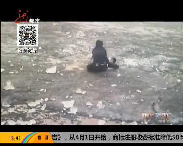 气温升高松花江开化学生掉进冰窟窿众人施救