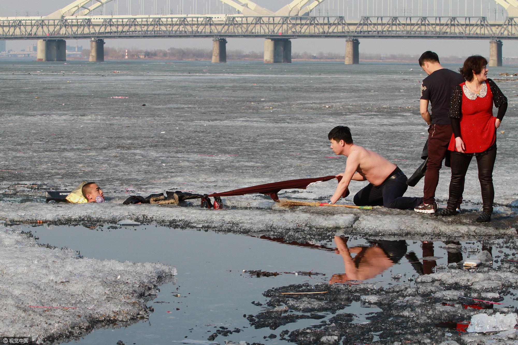 哈尔滨一拾荒者意外坠江 市民冰窟窿里救人