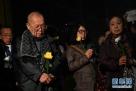 """4月4日,日本友好团体人士在侵华日军第七三一部队罪证陈列馆为受害亡灵献花。当日,由41名日本遗孤和友好人士组成的""""东北谢恩之旅交流团"""",在哈尔滨侵华日军第七三一部队罪证陈列馆拜祭了被侵华日军残害致死的遇难者。新华社记者王松摄"""