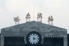 正在进行改造的哈尔滨火车站,拆掉了在老站房顶立了28年的哈尔滨站四个字。 这四个字是老站舍在1989年建成时,请我国著名书法家,时任中国书法家协会副主席的李铎在北京书写的。