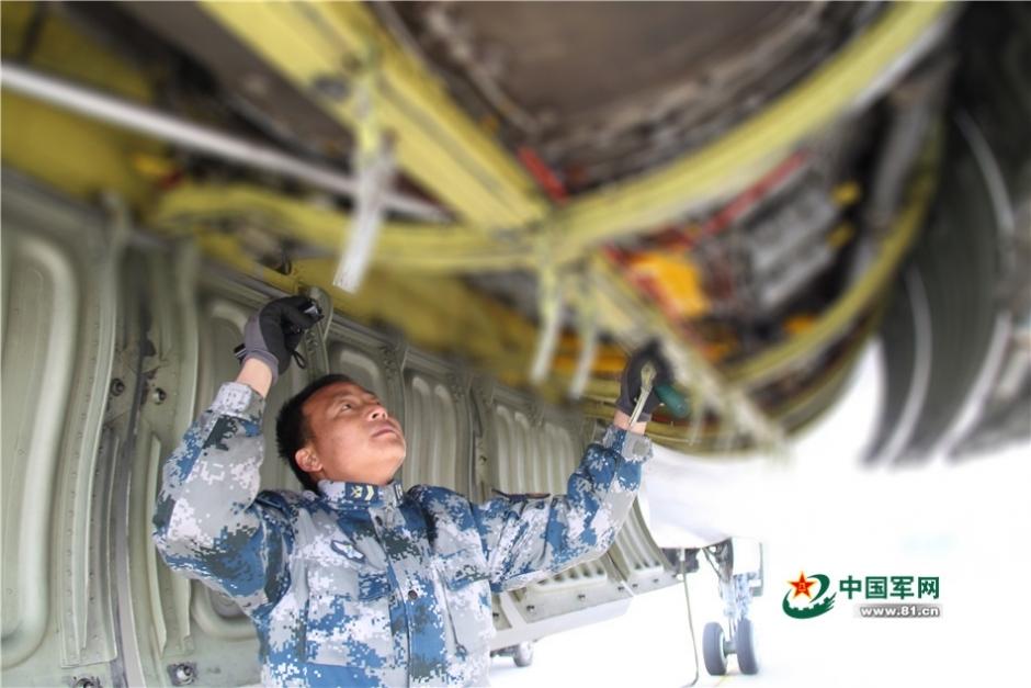 机械师维护飞机。