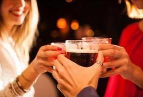 醉酒后喝茶危害多 多吃5种食物能解酒