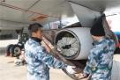 机务检查维护加油设备。