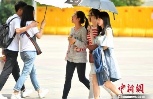 福州气温超30℃民众清凉装出行