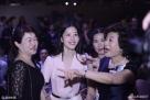 2017年4月8日,深圳,某内衣品牌在深圳举办时尚发布会,奶茶妹妹章泽天作为集团代表出席,笑容甜美的她让现场的观众嘉宾纷纷求合影。