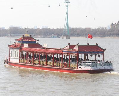 哈尔滨轮渡陆续开行 轮船松花江上往来运客忙