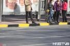 """2017年4月9日,黑龙江哈尔滨,哈尔滨开展交通环境综合大整治以来,目前在66条严管街路全部施划""""黄道牙""""严禁停车。为方便公交、出租临时停车上下客,交警部门在城乡路、友谊路等路段新施划了""""黄黑道牙"""",并设置出租车乘降点,允许临时停车上下客,即停即走。据介绍,""""黄黑道牙""""实际上是一种黄色虚线,为临时停车标线,代表允许临时停车、即停即走,但禁止长时间停放车辆。目前,这种标线主要施划在公交车站等地。"""