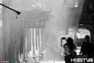 2017年4月9日,黑龙江哈尔滨,探访道外区松光电影院胡同。这里形成于百年前,两侧老房子林立。胡同里,有三家烧烤店一家骨棒店,都是十年以上的老店。生意好时,这条不到百米的胡同里,烧烤的烟气弥漫在百年的老楼间,烟熏火燎出旧日时光的味道。