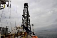 """""""决心""""号大洋钻探船停靠香港维多利亚港招商局码头,为开展""""下半场""""IODP368航次进行物资补给和人员交换。"""