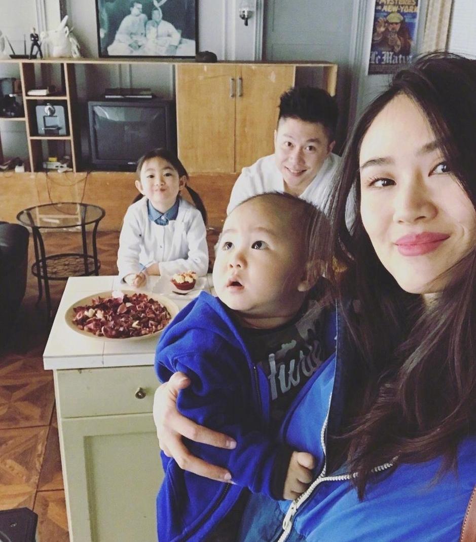 日前,李小鹏与妻子李安琪分别在微博晒出一家四口在家下午茶的美照,十分温馨甜蜜,奥莉也是越来越有姐姐范儿了。