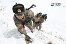 巡逻路上官兵协助攀爬冰山。