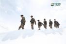 官兵们徒步穿越茫茫雪山。