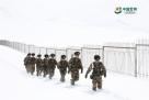 官兵们正在巡查边境线。