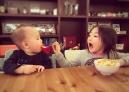李小鹏全家喝下午茶 奥莉越来越有姐姐范了
