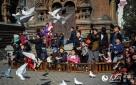 拍婚纱的对对新人、端着长枪短炮的摄影人、玩耍嬉笑的孩子们以及在游人手中争抢食物的广场鸽,让哈尔滨的春天变得更加温馨、浪漫、迷人……