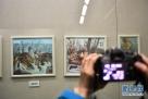 4月11日,参观者在黑龙江省博物馆参观、拍摄展品。