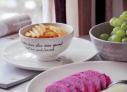 """搭配上Joyye的这套甜蜜时光系列餐具,米色陶瓷质地带着点怀旧气息。在这个凡事都需追求""""仪式感""""的年代,我们都要有一种坚持美丽的态度,不求完美但求精致。选一套别具心意的餐具让我们一起做一个高逼格的吃货。"""