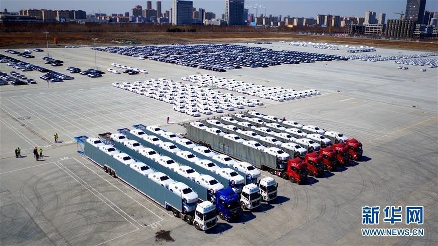 4月12日,物流运输车队在沃尔沃大庆工厂等待出发。
