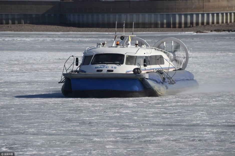 2017年4月12日,黑龙江黑河。中俄气垫船满载旅客行驶在中俄界江黑龙江黑河段运送旅客。
