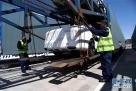 4月12日,两名工人在装车。
