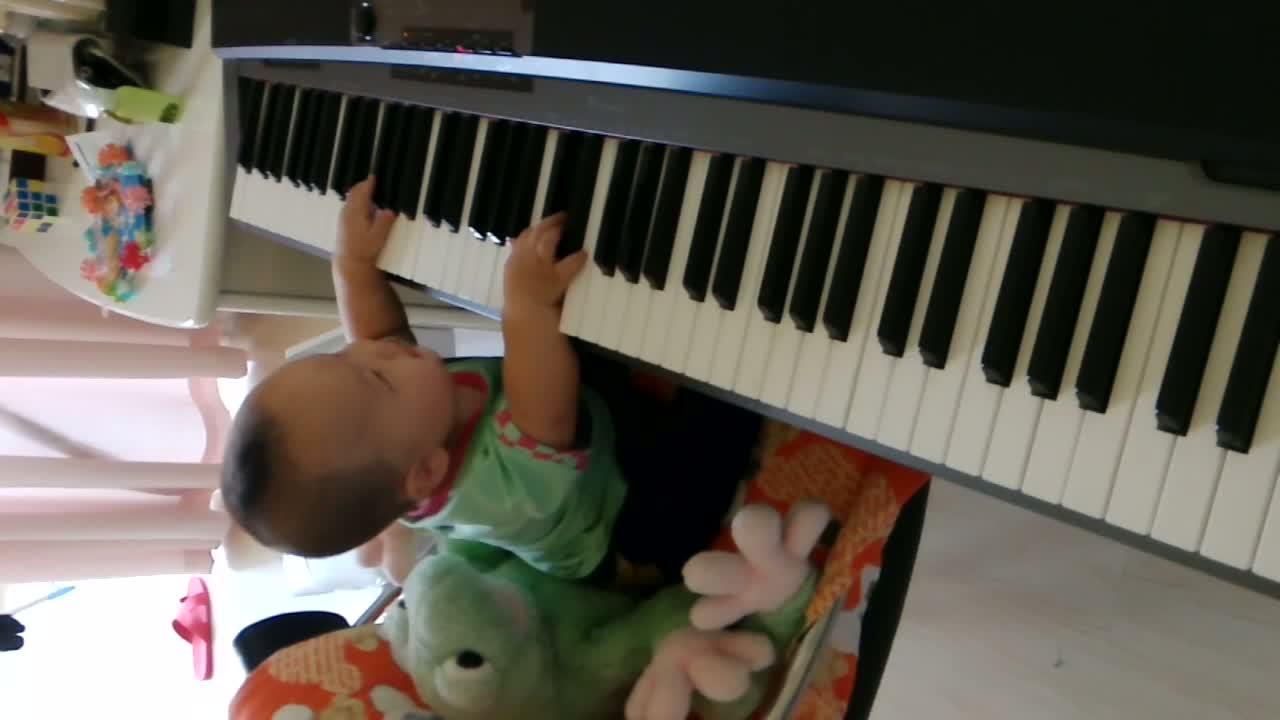 八个月的小音乐家满乐